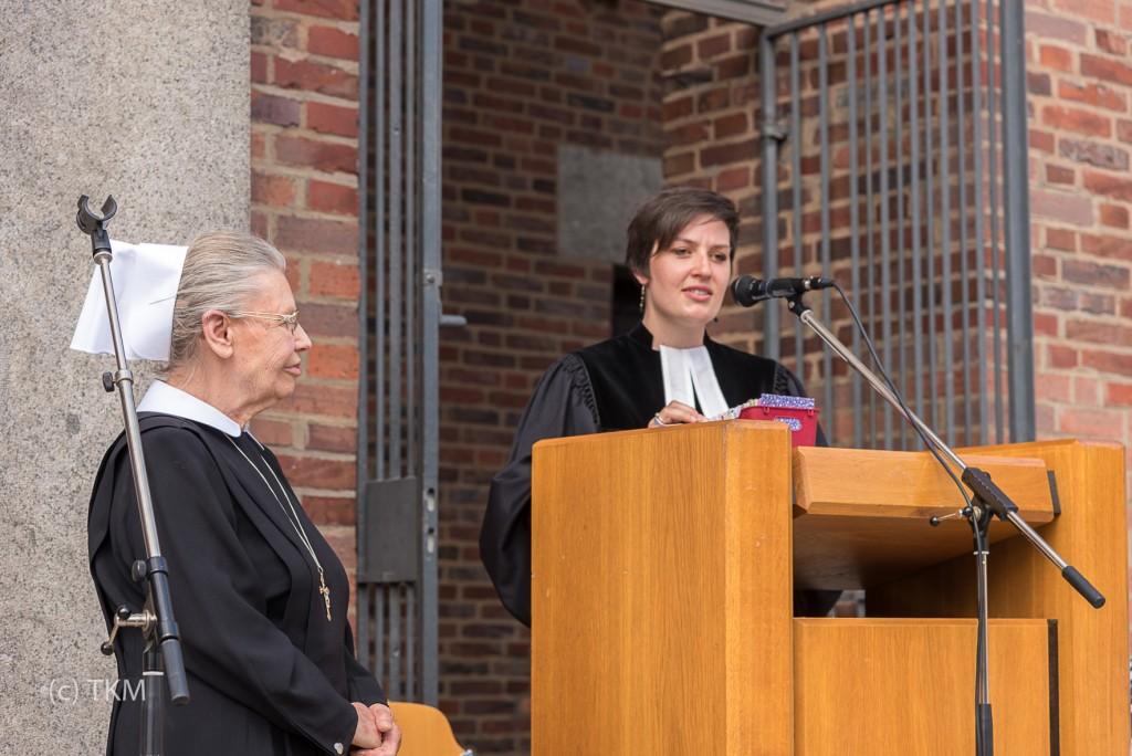 Pfarrerin Julia Popp verabschiedet Schwester Anna.