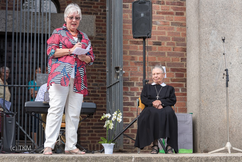 Christa Schmeißer, Vertrauensfrau im Kirchenvorstand, verabschiedet Schwester Anna im Namen der Gemeinde.