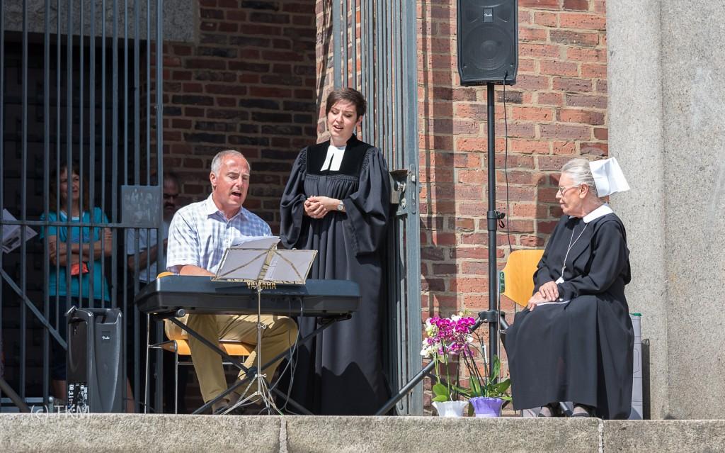 Ein selbstgedichtetes Lied für Schwester Anna - alle singen mit, begleitet von Kantor Markus Nickel.