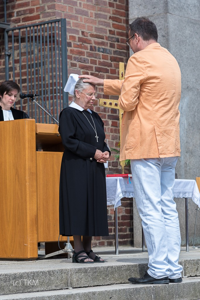 Pfarrer Bernd Reuther segnet und entlässt Schwester Anna.