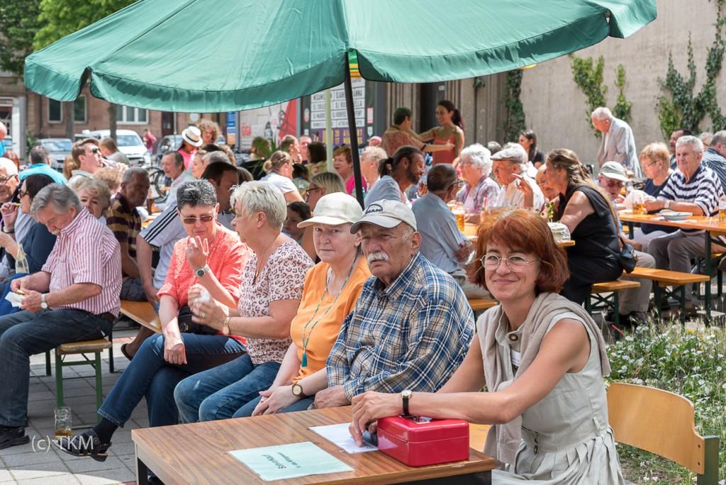 Viele Menschen aus Lichtenhof genießen die Kirchweih.