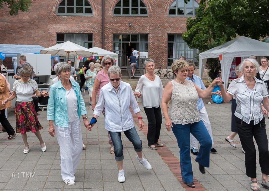 Der Tanzkreis zeigt sein Können - dann durfte auch mittanzt werden.