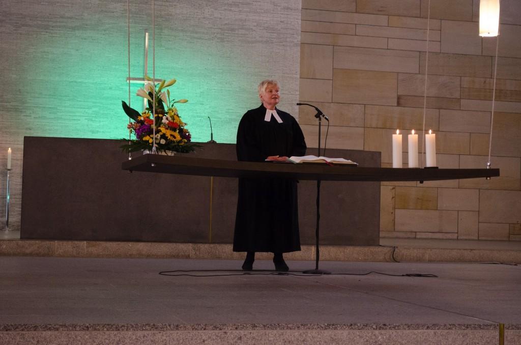 Pfarrerin Ursula Brecht beim Gebet