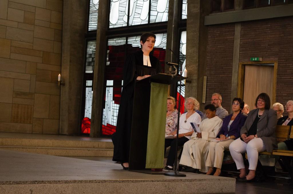 Pfarrerin Julia Popp predigt