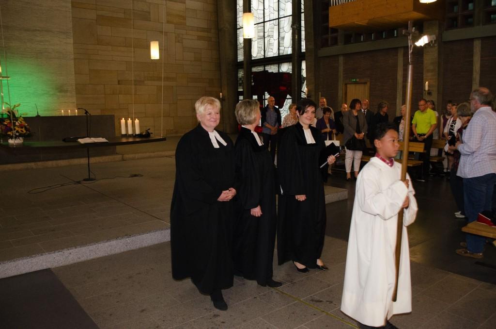 Die drei Pfarrerinnen ziehen mit dem Kreuzträger am Ende des Gottesdienstes aus